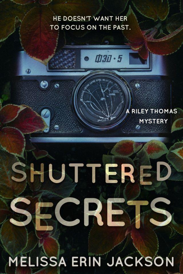 Shuttered Secrets (A Riley Thomas Mystery Libro 2) – Melissa Erin Jackson